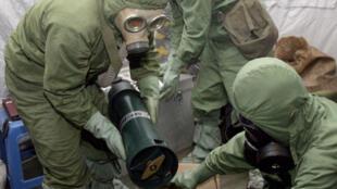 عناصر من منظمة  حظر الأسلحة الكيميائية بصدد تفكيك أسلحة كيميائية