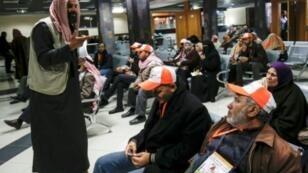 فلسطينيون في معبر رفح الحدودي قبل انتقالهم إلى الجانب المصري للتوجه إلى السعودية لأداء مناسك العمرة