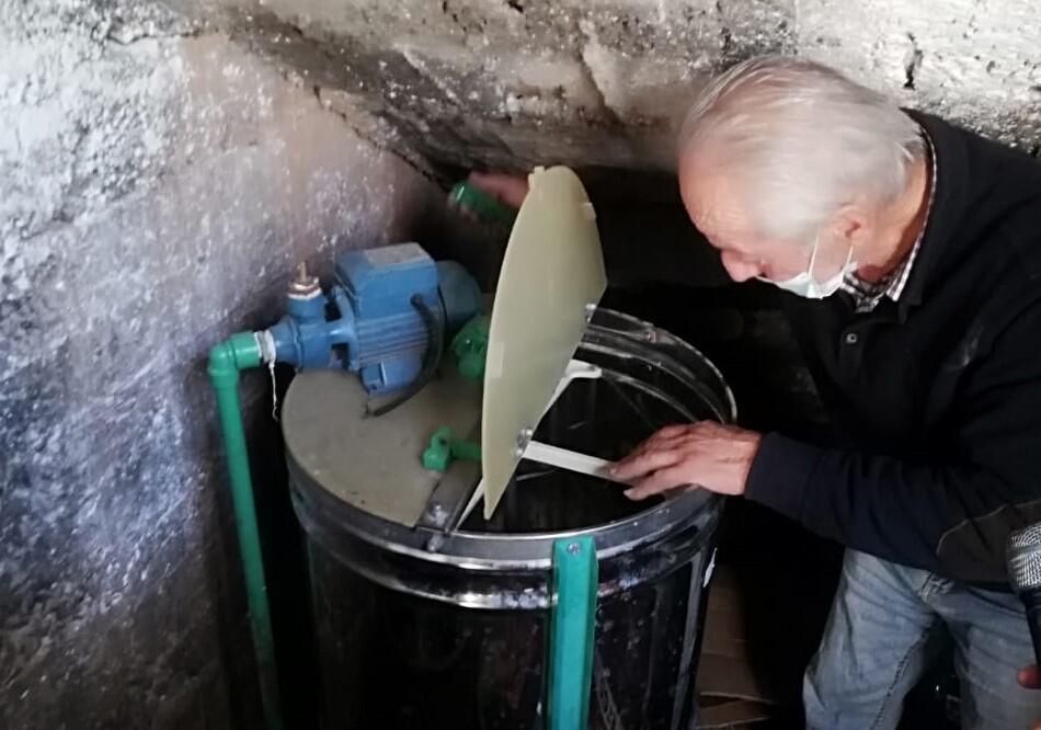 ريمون ابو شبل يصنع العسل