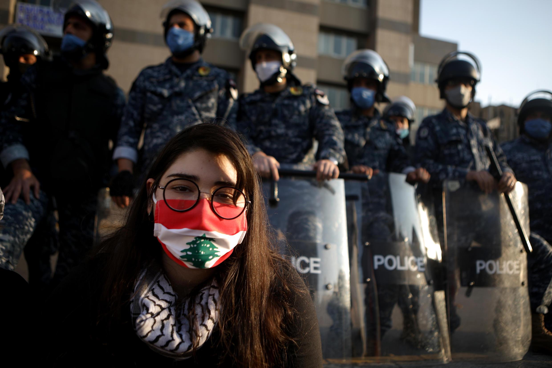محتجة لبنانية
