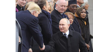 بوتين يصافح ترامب