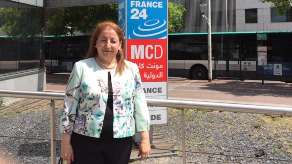 الأكاديمية ماغي موران أمام مبنى مونت كارلو الدولية، باريس