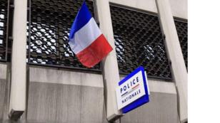 العلم الفرنسي في منتصف الصاري خلال حفل تكريم لضابط الشرطة الذي انتحر في اليوم السابق مع سلاح خدمته ، 19 أبريل 2019 ، في مركز الشرطة الرئيسي في مونبلييه