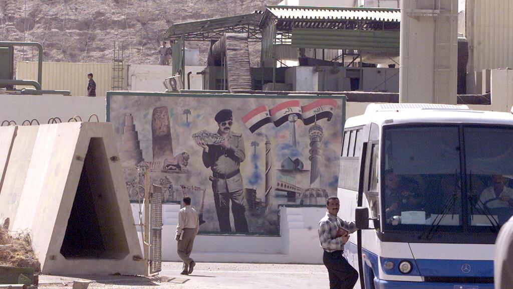 صورة للرئيس العراقي الأسبق صدام حسين على جدار مبنى مفاعل تموز العراقي المدمر