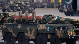 آلية عسكرية للجيش الباكستاني خلال عرض عسكري