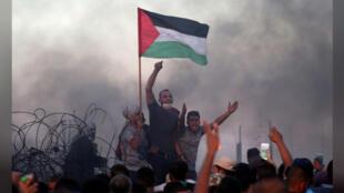 محتجون فلسطينيون في مظاهرة قرب الحدود بين غزة وإسرائيل يوم الجمعة 21-09-2018