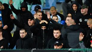 مشجعون بلغار خلال مباراة  منتخب بلادهم في كرة القدم ضد منتخب انكلترا