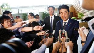 رئيس الوزراء الياباني شينزو آبي أمام الصحافيين بعد هزيمة حزبه في الانتخابات المحلية في طوكيو