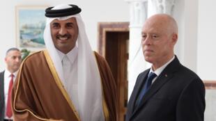 الرئيس التونسي قيس سعيد يستقبل أمير قطر تميم بن حمد آل ثاني لدى وصوله إلى العاصمة التونسية يوم 24 فبراير/ شباط 2020