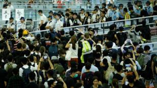 الشرطة تواجه المتظاهرين المناهضين للحكومة في مطار هونغ كونغ-