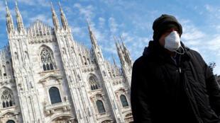 رجل في ميلانو الايطالية يضع كمامة توقيا من عدوى كورونا