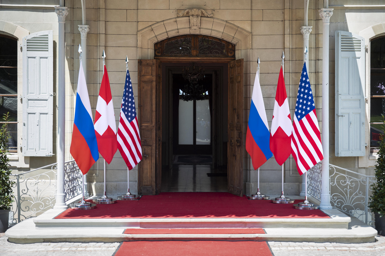 flags_us_russia_summit_geneva)