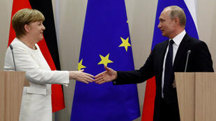 خلال لقاء سابق بين المستشارة الألمانية أنغيلا ميركل والرئيس الروسي فلاديمير بوتين