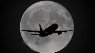 طائرة تقترب إلى مطار هيثرو في لندن-