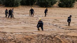 فرق البحث عن مفقودين في الأردن جراء الفيضانات