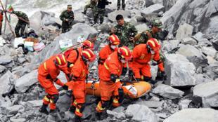 عمال إنقاذ صينيون