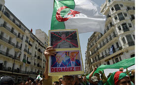 المتظاهرون الجزائريون يحملون العلم الوطني كما يتظاهرون في العاصمة الجزائر في 7 يونيو 2019.