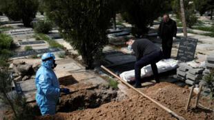 جثث وفيات كورونا يوارون الثرى