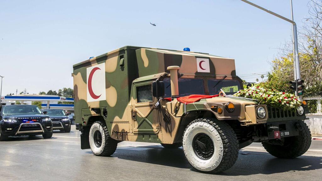 سيارة الجيش التونسي التي تقلّ جثمان الرئيس الراحل الباجي قائد السبسي
