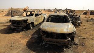 صورة تم التقاطها يوم 11 يوليو 2019 تُظهر سيارات في موقع هجوم خلال تشييع قائد سابق للجيش في مدينة بنغازي الليبية