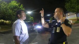 بروكس والشرطي كما ظهرا في كاميرا المراقبة