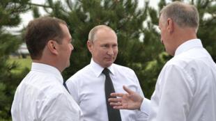 الرئيس الروسي بوتين ورئيس الوزراء ميدفيديف وأمين مجلس الأمن باتروشيف-