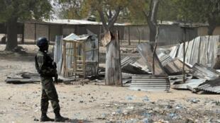 الجيش الكاموروني يقوم بدوريات بعد اشتباكات مع جماعة بوكو حرام الكاميرون، 17 فبراير 2015(أف ب)