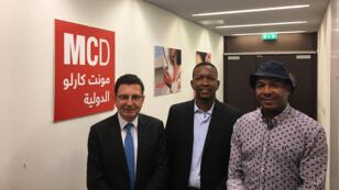 السنوسي أحمد رئيس جمعية الدراجين الهواة في الخرطوم  يتوسط عاطف علي صالح و وديع فيعاني
