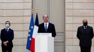 رئيس الحكومة الفرنسية جان كاستيكس مع وزيري الداخلية والعدل