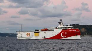 سفينة التنقيب التركي في مضيق البوسفور