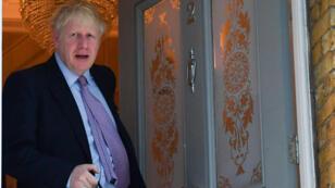 بوريس جونسون ، النائب المحافظ والمحافظ المنافس على قيادة حزب المحافظين ، يغادر منزله في لندن في 20 يونيو 2019. سيقرر نواب المحافظون في 20 يونيو من سينضمون إلى بوريس جونسون، مع ثلاثة منافسين يتنافسون على المركز الثاني. .