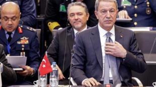 وزير الدفاع التركي خلوصي أكار في اجتماع لوزراء دفاع الناتو في بروكسل يوم 13 فبراير 2020