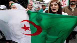 جزائريات خلال احتجاجات الشارع الجزائري الرافضة لعهدة خامسة لبوتفليقة