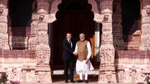 الرئيس الفرنسي ايمانويل ماكرون يصافح رئيس الوزراء الهندي ناريندرا مودي