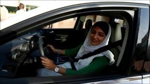 سعودية تقود سيارة