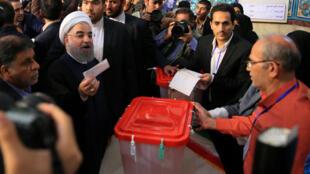 حسن روحاني يدلي بصوته في الدورة الأولى من الانتخابات الرئاسية الإيرانية 2017 (صورة توضيحية)