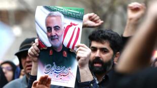 متظاهرون يرفعون صورة الجنرال قاسم سليماني في طهران يوم 3 يناير 2020