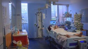 """مريض مصاب بفريروس كورونا في مستشفى """"بيشا"""" بباريس يوم 13 مارس/آذار 2020"""