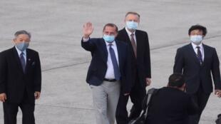 وزير الصحة الأمريكي أليكس عازار يلوح للصحفيين عند وصوله إلى مطار سونغشان في تايبيه (تايوان) في 9 أغسطس 2020