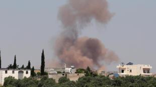 تصاعد الدخان أثناء قصف قوات الحكومة السورية المبلغ عنها في الريف الغربي من محافظة حلب السورية في 28 مايو 2019.