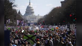 مسيرات في أمريكا للمطالبة بفرض قيود على بيع الأسلحة