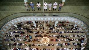تأدية صلاة الجمعة في مسجد بيت المكرّم وسط مخاوف من تفشي فيروس كورونا، بنغلادش
