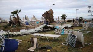 الأضرار التي خلفتها العاصفة على إحدى شواطئ اليونان