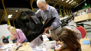 فرز الأصوات في مكتب اقتراع