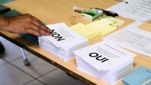 مكتب اقتراع للتصويت في استفتاء كاليدونيا الجديدة على الاستقلال عن فرنسا