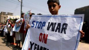 أطفال يمنيون بحتجون ضد الحرب