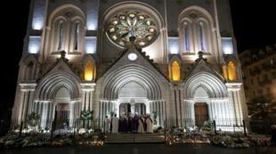 كاهن كنيسة نوتردام فرانكلين بارمنتييه يصلي في الخارج خلال قداس لإحياء ذكرى ضحايا هجوم بسكين مميت في نيس - فرنسا - 1 نوفمبر 2020