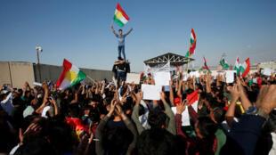 الأكراد السوريون يحتجون على الهجوم التركي ضد سوريا خلال مظاهرة أمام مقر الأمم المتحدة في أربيل-
