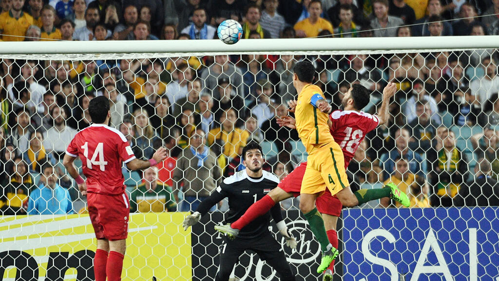 اللاعب الأسترالي كاهيل يسجل هدف الفوز أمام منتخب سوريا