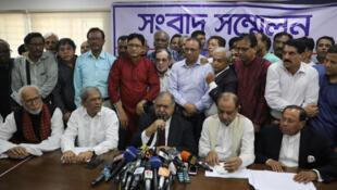 أعضاء من جبهة جاتيا أويكيا خلال مؤتمر صحفي في داكا